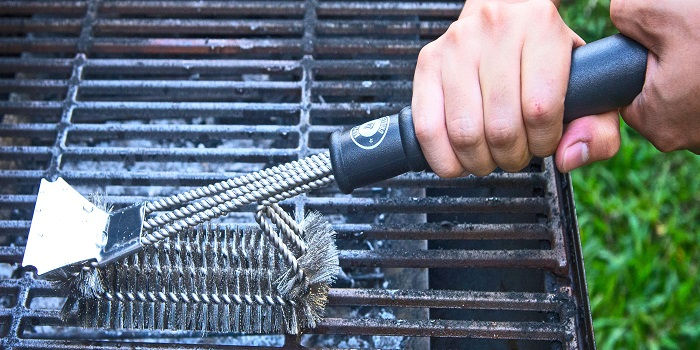 How to use brush to clean bbq grill
